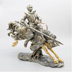 Фигурка рыцарь на коне с копьем