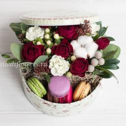 """Мини-коробка с цветами и макарони """"Ягодный пирог"""""""