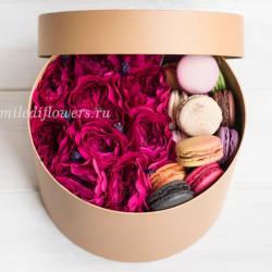 "Премиум-коробка с цветами и макарони ""Крем-брюле"""