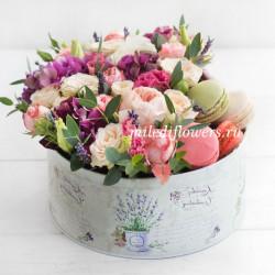 """Стандарт-коробка с цветами и макарони """"Фруктовый тарт"""""""