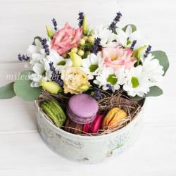 """Мини-коробка с цветами и макарони """"Черничный кекс"""""""
