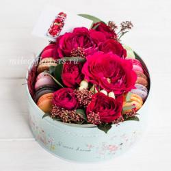 "Коробка с цветами и макарони ""Парфе"""