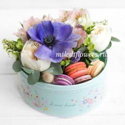 "Стандарт-коробка с цветами и макарони ""Пекан"""