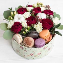 "Стандарт-коробка с цветами и макарони ""Ягодный Пирог"""